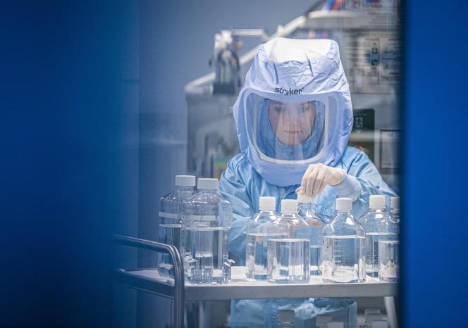 Des assistants de laboratoire de la société BioNTech sur le site de production de Marbourg (Allemagne), le 30 mars 2021.
