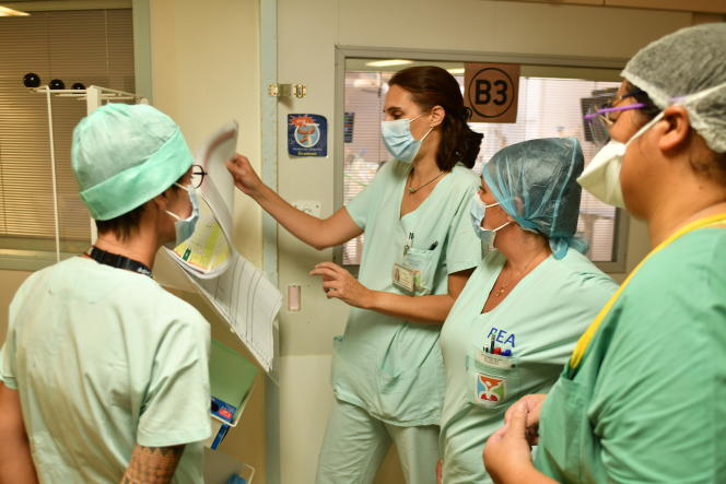 La cheffe du service réanimation du Centre hospitalier de la Polynésie française, Laure Baudoin, fait le point avec ses équipes sur les patients admis le jour même , à Papeete, le 10 août 2021.