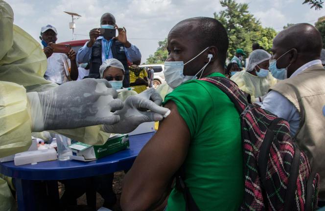Un agent de santé administre un vaccin contre Ebola à un habitant de Guéckédou, en Guinée, le 23février 2021.