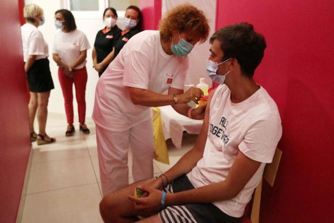 Un membre de la Croix-Rouge vaccine un vacancier dans un camping, le 13 août 2021, à Argelès-sur-Mer (Pyrénées-Orientales).