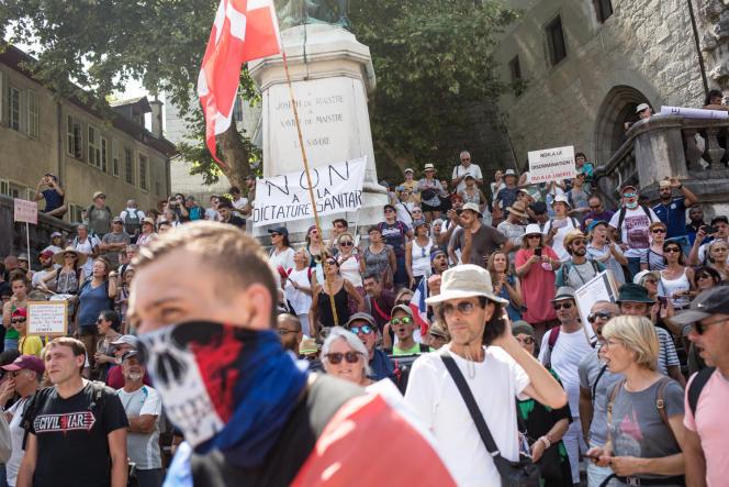De nombreux profils étaient représentés dans la manifestation contre le passe sanitaire à Chambéry, samedi 14 août.