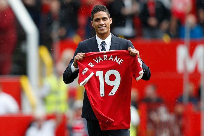 Raphael Varane durante su presentación oficial en Old Trafford el 14 de agosto.
