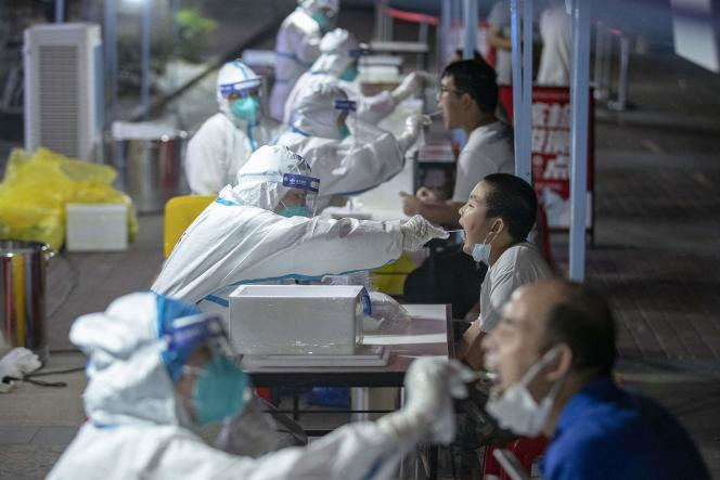 Dans un centre de dépistage du Covid-19 à Wuhan, en Chine, le 3 août 2021.