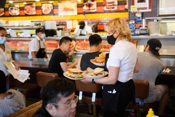 Dans un restaurant de Los Angeles en Californie, le 7 août 2021. Une preuve de vaccination est demandée aux clients avant leur entrée.