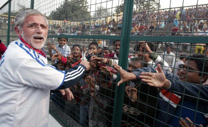 Gerd Müller serrant la main des spectateurs avant un match amical du Bayern Munich au stade de Kanchenjunga, en Inde, le 21 janvier 2009.