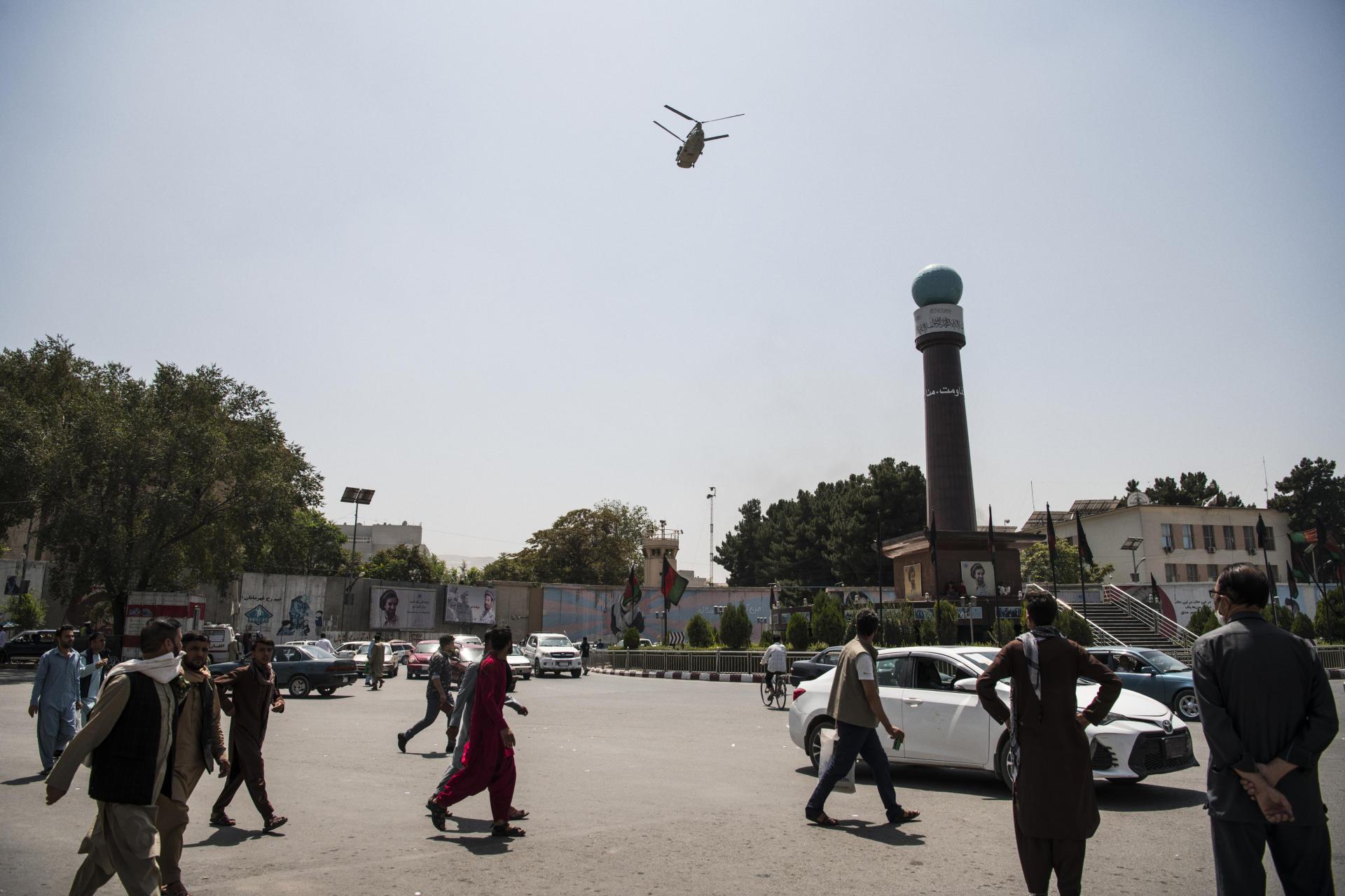 Un hélicoptère américain survole Kaboul, le 15août2021.