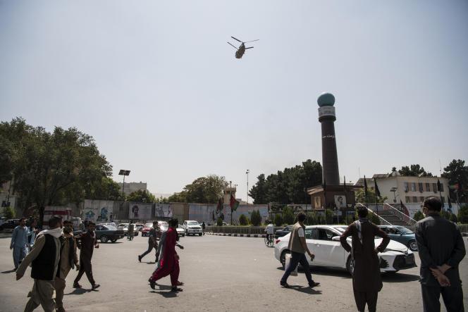 Des hélicoptères militaires américains transportent des diplomates de l'ambassade à l'aéroport, à Kaboul, le 15 août 2021.
