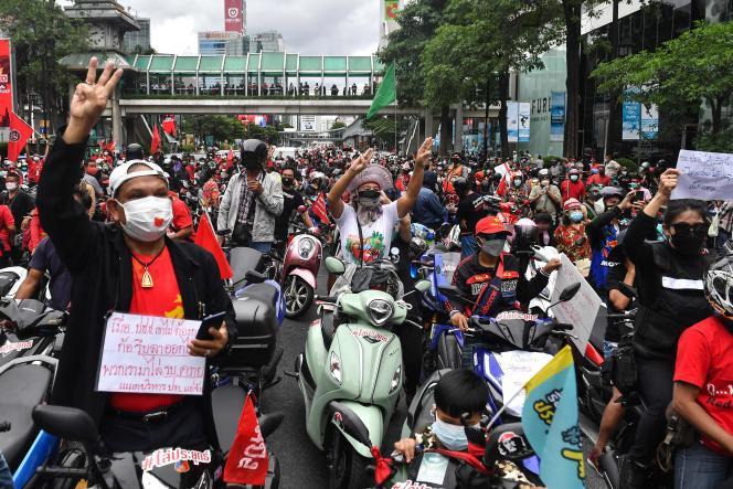 Centenas de veículos ficaram atolados em alguns eixos do centro de Bangkok no domingo, 15 de agosto, exigindo a renúncia do primeiro-ministro.