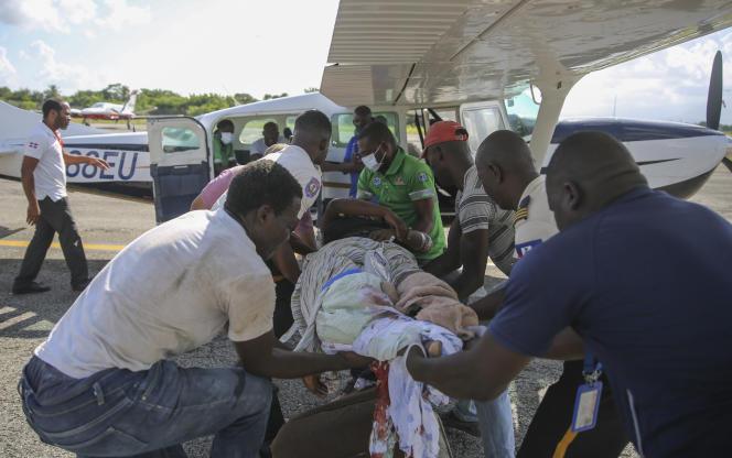 Transfert d'une blessée depuis Les Cayes vers Port-au-Prince, en Haïti, le 14 août 2021.