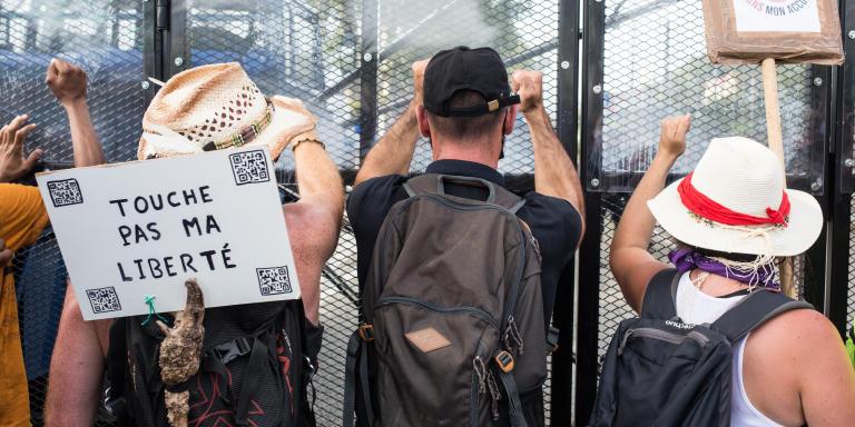 Des opposants au pass sanitaire face à des gendarmes lors de la manifestation à Chambéry (Savoie) le 14 août 2021.
