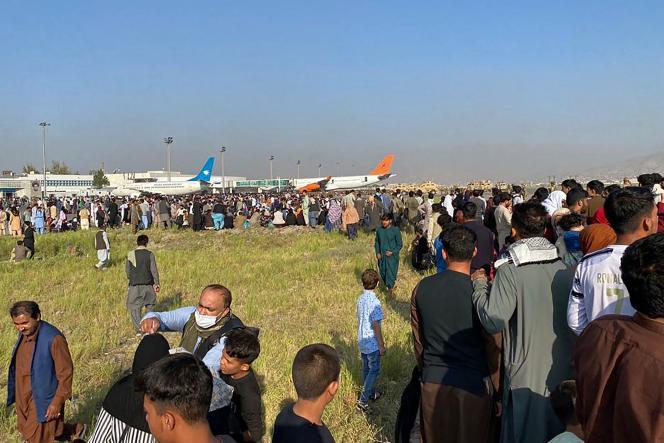 Kerumunan orang menunggu di bandara Kabul berharap untuk meninggalkan negara itu pada 16 Agustus 2021.