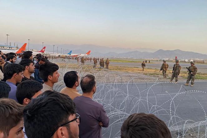 Warga Afghanistan menghadapi tentara AS di bandara Kabul, 16 Agustus 2021.