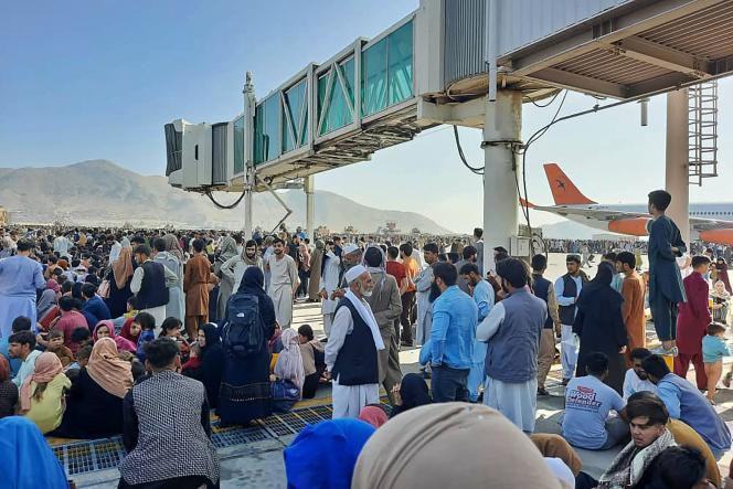 Des Afghans occupent le tarmac de l'aéroport de Kaboul, dans l'espoir de fuir le pays,le 16 août.