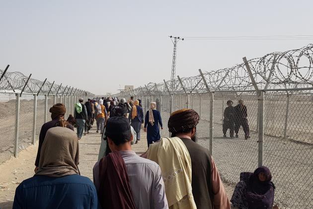 Des Afghans franchissent la frontière vers le Pakistan, le 15août 2021, à Chaman.