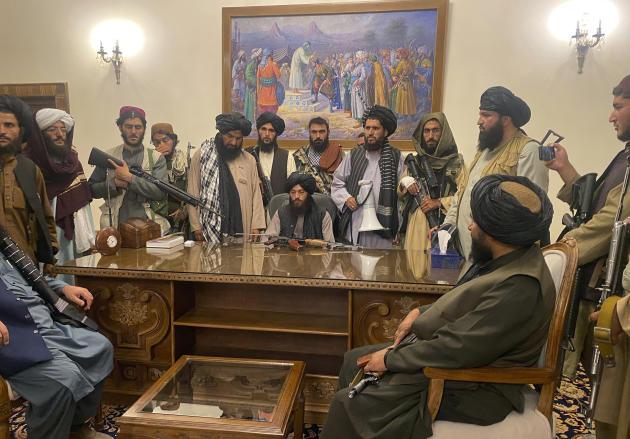Des talibans s'installent au palais présidentiel de Kaboul, déserté par le président Ashraf Ghani, en fuite à l'étranger, le 15août2021.