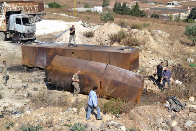 Des soldats de l'armée libanaise inspectent le site de l'explosion d'un réservoir de carburant dans le village de Tlel, au Liban, le 15 août 2021.