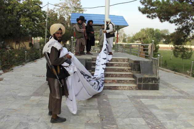 Des talibans hissent leur drapeau à la maison du gouverneur de la province de Ghazni, le 15août2021.