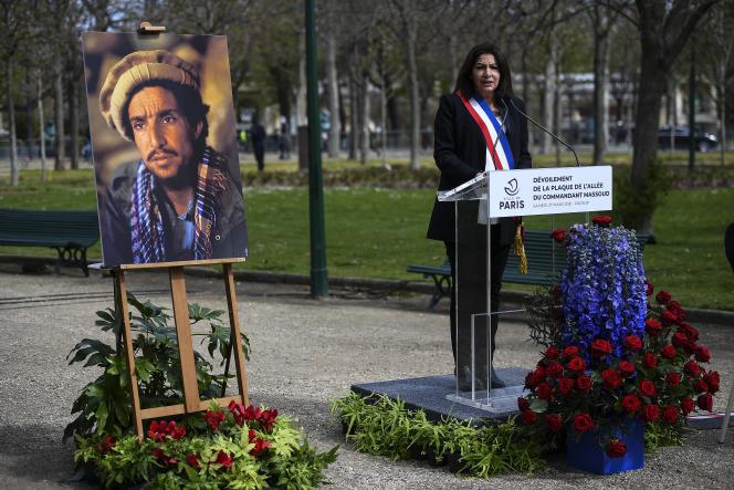 La maire de Paris, Anne Hidalgo, lors de l'inauguration d'une plaque commémorative en l'honneur du commandant Massoud, à proximité des Champs-Elysées, à Paris, le 27 mars 2021.