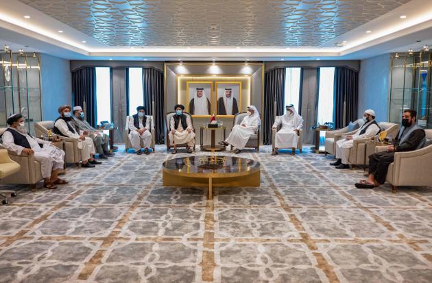 Cette photographie, diffusée par le ministère des affaires étrangères du Qatar, montre le ministre des affaires étrangères qatari, Mohammed Ben Abderrahmane Al Thani (au centre à droite), lors d'une rencontre avec le chef politique des talibans, le mollah Abdul Ghani Baradar, à Doha, le 14août2021. Les Qataris ont appelé les talibans à la retenue.