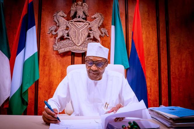 Le président Muhammadu Buhari signe le «Petroleum Industry Bill» à Abuja, le 16août 2021.