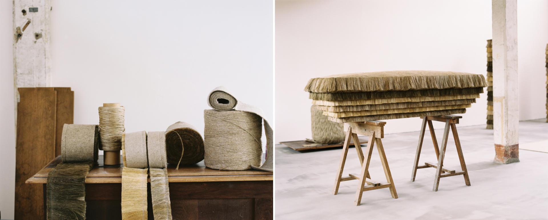 A gauche, en préparation pour la confection du banc et de la colonne, les fibres de lin teillé sont cousues en longs rubans. A droite, pour le long banc, une assise en feutre de lin et des franges « pagne » en lin teillé disposées en escalier.