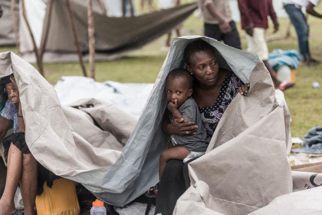 Des habitants de l'île se rassemblent après avoir passé la nuit dehors à la suite du tremblement de terre, près des Cayes, en Haïti, le 17 août 2021.