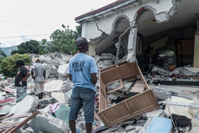 Une maison détruite à la suite du tremblement de terre à Camp-Perrin, en Haïti, le 16 août 2021. Les secouristes ont utilisé des équipements lourds et leurs mains nues pour chercher des survivants sous les bâtiments rasés.