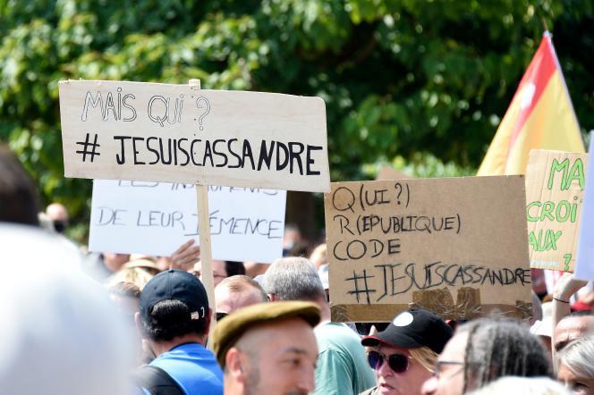 Des manifestants, à Metz, le 14 août 2021, affichent leur soutien àCassandre Fristot, l'enseignante qui avait brandi une pancarte antisémite.