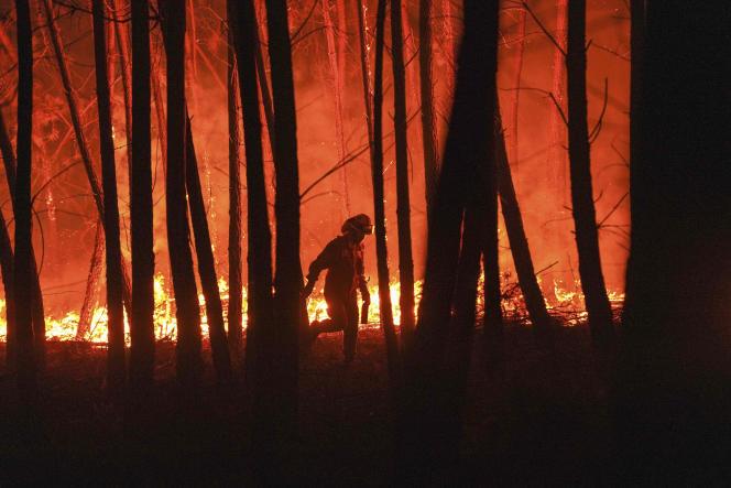 Un incendie près du village de Roqueiro, près d'Oleiros, au Portugal, le 14 septembre 2020.