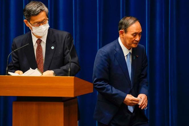 Le premier ministre japonais, Yoshihide Suga (à droite) et le conseiller du gouvernement sur le Covid-19, Shigeru Omi, à Tokyo, le 17 août 2021.