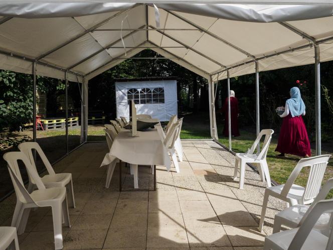 Le jardin loué par Renyel Pan comprend une petite piscine, un barbecue, un barnum et une table de ping-pong.