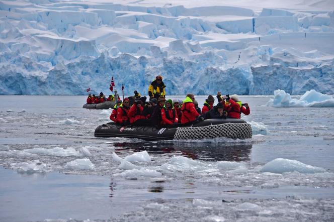 Des touristes lors d'unecroisière d'expédition dans les îles Shetland du Sud, en Antarctique, le 8 novembre 2019.