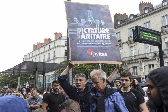 Un membre de l'organisation catholique intégriste Civitas lors d'une manifestation contre la vaccination obligatoire pour certains travailleurs et la mise en place du passe sanitaire, à Nantes, le 24 juillet.