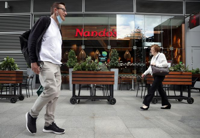 Devant un restaurant de la chaîne Nando's, à Londres, le 18 août 2021.