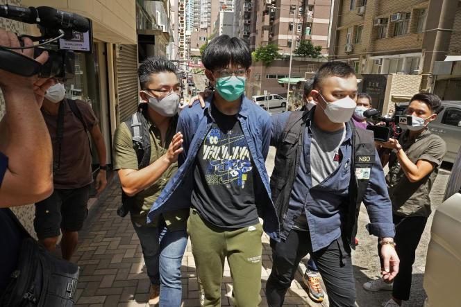 Au centre, l'un des quatre étudiants arrêtés après une perquisition, le 18 août 2021.