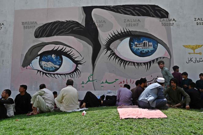 Des personnes assises à côté de l'ambassade de France à Kaboul, le 18 août 2021, après la prise de contrôle de l'Afghanistan par les talibans.