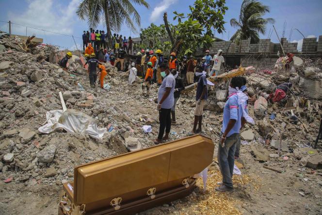 Une équipe de secours découvre un corps dans les ruines d'une maison quelques jours après un séisme de magnitude 7,2, mercredi 18 août 2021 dans la ville des Cayes, à Haïti.