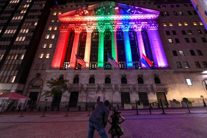 La statue Fearless Girl de Kristen Visbal devant la Bourse de New York, illuminée aux couleurs du drapeau LGBT, le 26 juin 2021.