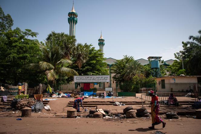 Devant la Grande Mosquée de Bamako où deux personnes ont tenté de poignarder le président de transition malien, le 20 juillet 2021.