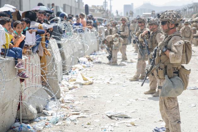 Une photographie diffusée par l'armée américaine montre les soldats sécurisant les accès à l'aéroport de Kaboul, vendredi 20 août.
