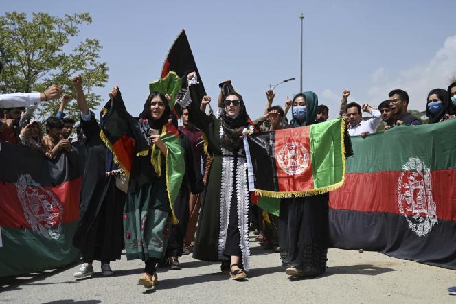 Des Afghans célèbrent le 102e jour de l'indépendance de l'Afghanistan, portant haut le drapeau national, à Kaboul, le 19 août 2021.