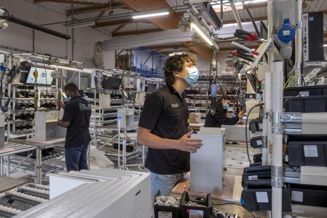 Au sein de l'entreprise SLAT, spécialisée dans le matériel anti-incendie, à Champagne-au-Mont-d'Or (Rhône), le 9 août 2021.