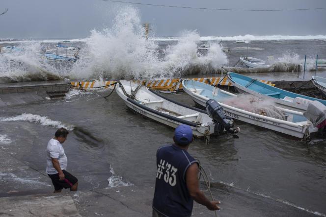 Los pescadores sacaron sus botes del muelle en el estado de Veracruz, México, el viernes 20 de agosto de 2021. Los residentes han comenzado a prepararse para la llegada de la tormenta tropical Grace.  (Foto AP / Félix Márquez)
