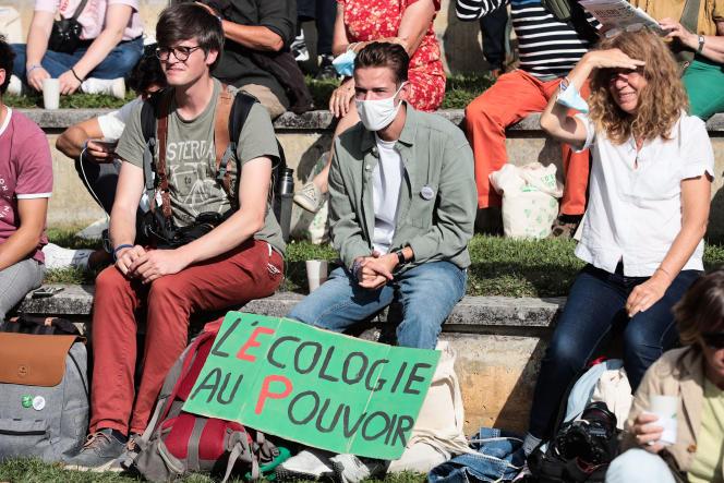 Des militants et sympathisants d'EELVlors du discours d'EricPiolleaux Journéesécologistes dePoitiers, le 19 août 2021.