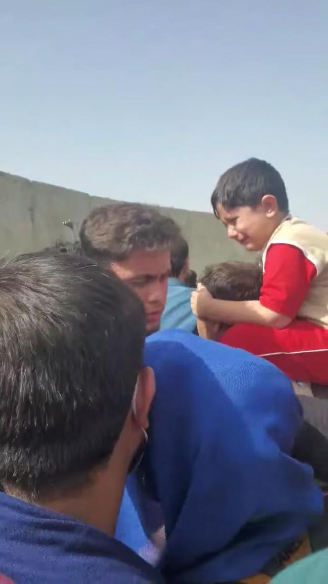 Capture d'écran d'une vidéo montrant un enfant qui pleure alors que les forces spéciales afghanes tirent pour disperser la foule, à l'extérieur de l'aéroport de Kaboul, le 18 août 2021.