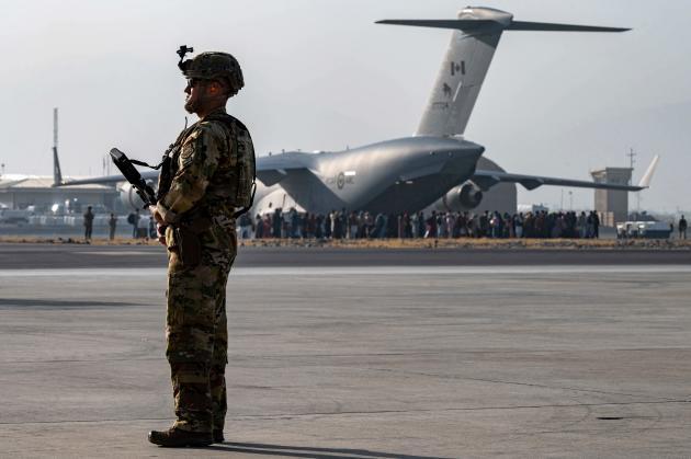 Une photographie diffusée par l'armée américaine montre un soldat surveillant la zone d'embarquement aux avions militairesde l'aéroport de Kaboul, vendredi 20 août.