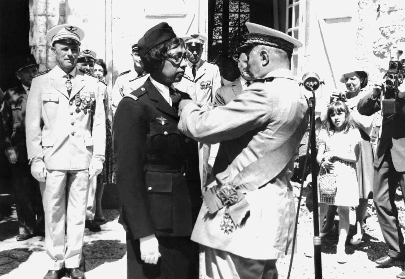 Joséphine Baker est décorée de la Légion d'honneur, de la croix de guerre avec palmes et de la médaillede la Résistance, au château des Milandes (Dordogne), le 19 août 1961.