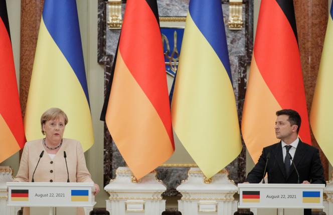 La chancelière allemande Angela Merkel et le président ukrainien Volodymyr Zelensky à Kiev, en Ukraine, le 22 août 2021.