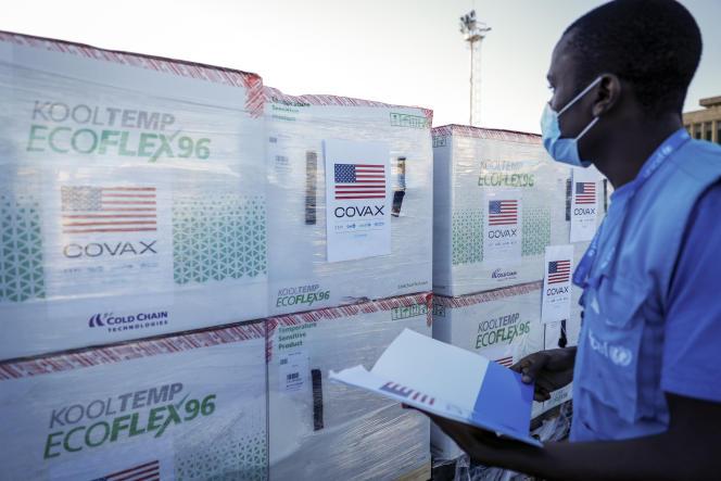 Un employé de l'Unicef contrôle les colis contenant des doses de Moderna, après leur arrivée à l'aéroport de Nairobi, au Kenya, le 23 août 2021.
