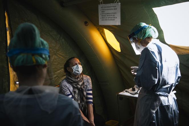 Une infirmière et un médecin réalisent des tests Covid dans l'hôpital deSophiahemmet, à Stockholm, le 22 avril 2021.